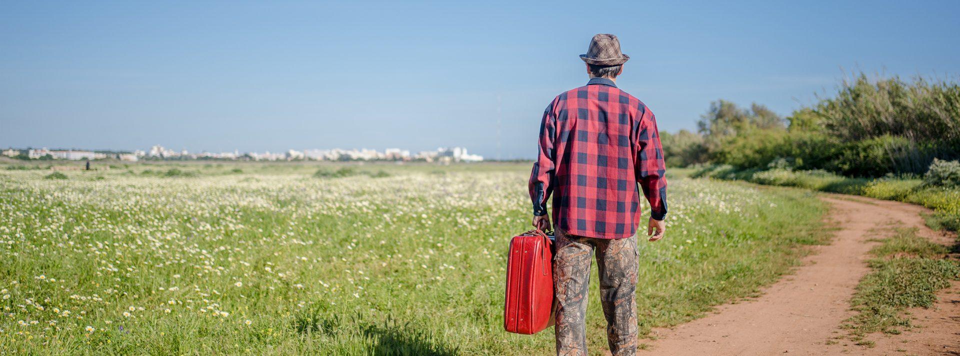 גבר עובר מהכפר לעיר